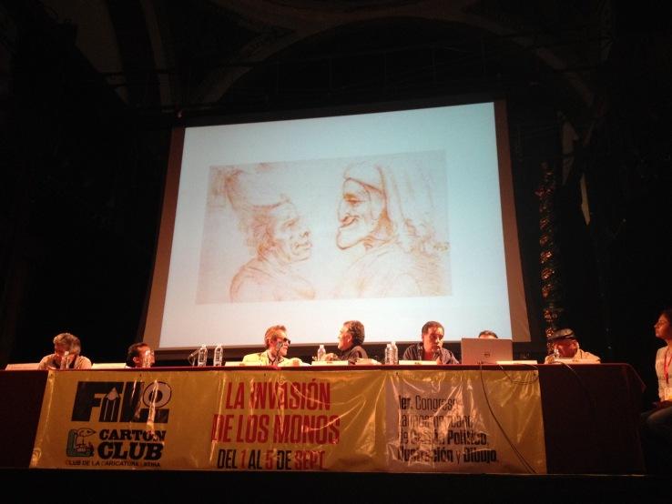 """Antonio Garcí """"Garcí"""" explicando los orígenes de la caricatura. Muestra un dibujo de Leonrado Da Vinci burlándose de Dante Alighieri y su """"Beatriz"""". Foto: Cuauhtémoc Islas"""