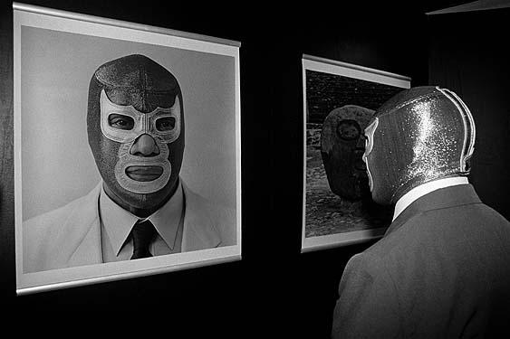 """Lourdes Grobet, Blue Demon visitando la exposición """"La Filomena"""", 1996"""
