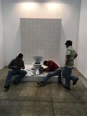 """Yoshua Okón y Santiago Sierra """"El Excusado"""", 2016. En ZONA MACO"""
