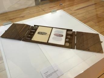"""Yazmín Hidalgo, """"Petra"""" 2016, fotografía digital, gráfica digital a color sobre papel japonés y transferencia en negro sobre papel hecho a mano / caja de madera"""