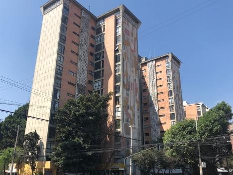 """José Hernández Delgadillo. Murales geométricos en la Unidad Habitacional Morelos """"Los Soldominios"""". Fotografía: Cuauhtémoc Islas"""